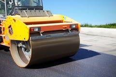 De asfaltrol zet een nieuwe weg Stock Fotografie