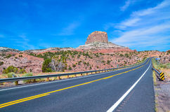 De asfaltweg met een het verdelen heldere gele streep Royalty-vrije Stock Foto