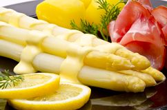 De asperge, de ham en de saus hollandaise Stock Afbeeldingen