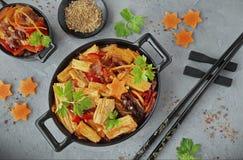 De asperge van de Fujisoja met groenten in een zwarte kom Royalty-vrije Stock Foto's
