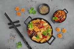 De asperge van de Fujisoja met groenten in een zwarte kom Stock Afbeelding