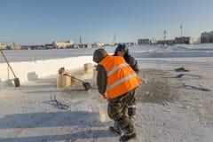 De assembleurs zijn in de handen van het ijsblok stock fotografie