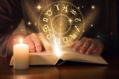 De astrologieboek van de mensenlezing royalty-vrije stock afbeeldingen