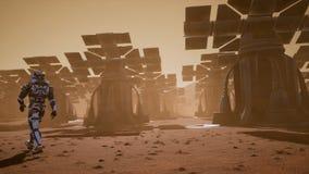 De astronaut gaat op de oppervlakte van Mars door een stofstorm voorbij de reuzezonnepanelen Panoramisch landschap op vector illustratie