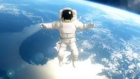 De astronaut in kosmische ruimte vliegt over de aarde stock video