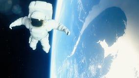 De astronaut in kosmische ruimte vliegt over de aarde stock videobeelden