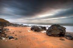 De Atlantische Oceaan in Ballybunion bij schemer Royalty-vrije Stock Foto