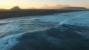 De Atlantische Oceaan, bergen in de mist bij zonsondergang Mooi landschap Snelle vlucht stock footage