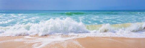 De Atlantische Oceaan, mening van golven op het strand royalty-vrije stock foto