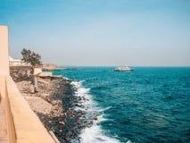 De Atlantische Oceaan, mening van de kust van Senegal, blauwe overzees met het schip van het toeristenschip, tropisch landschap stock foto's