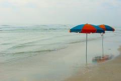 De Atlantische Oceaan met paraplu's Royalty-vrije Stock Foto's