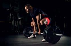 De atleet is bereid om een geroepen oefening uit te voeren deadlift Stock Foto