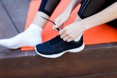 De atleet bindt schoenveters op tennisschoen Stock Afbeelding