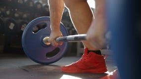 De atleet, bodybuilder, weightlifter fokt de bar voor de hals Deadlift stock videobeelden