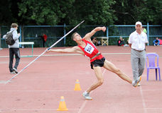 De atleet concurreert in de speerconcurrentie Stock Foto