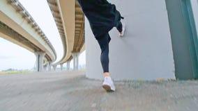 De atleet doet een tik met een looppas stock video