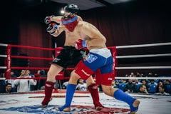 De atleet gemengde dwarshand van vechtsportenovereenkomsten op hoofd van tegenstander Royalty-vrije Stock Foto