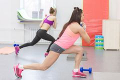 De atleet voert een oefening in de gymnastiek uit stock foto's