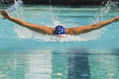 De atleet voert een Vlinderslag uit Stock Foto