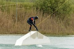 De atleet Woman is Wakeboarding bij het Kabelpark royalty-vrije stock foto's