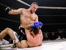 De atleten in de Achthoekige ring voor strijden extreme Sport mengden de toernooien MMA MAXMIX van de vechtsportenconcurrentie Royalty-vrije Stock Fotografie