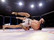 De atleten in de Achthoekige ring voor strijden extreme Sport mengden de toernooien MMA MAXMIX van de vechtsportenconcurrentie Royalty-vrije Stock Foto's