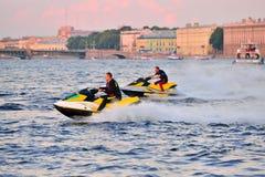 De atleten op een straalski berijden op de rivier Neva op de achtergrond o Stock Fotografie