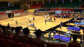 De atleten spelen Badminton stock video