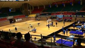 De atleten spelen Badminton stock footage