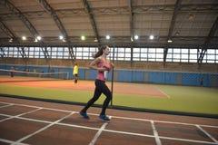 De atleten stellen een afstand van 5 km in de arena in werking Stock Afbeelding