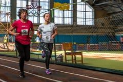 De atleten stellen een afstand van 5 km in de arena in werking Royalty-vrije Stock Fotografie