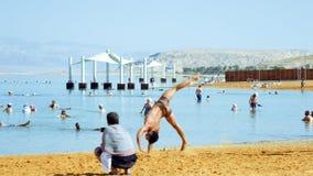 De atletenacrobaten leiden en maken trucs op Stock Foto