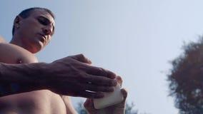 De atletenhanden die van de geschiktheidsmens de sportman slaan die van het krijtpoeder opleidingstraining voorbereiden stock footage