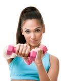 De atletische jonge vrouw werkt met gewichten uit Royalty-vrije Stock Foto