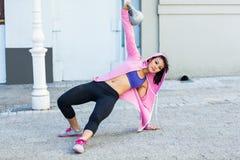De atletische vrouw die Turks uitoefenen staat met kettlebell op Royalty-vrije Stock Foto's