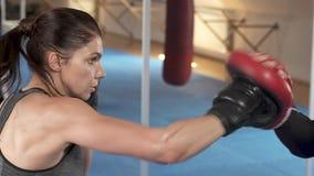 De atletische vrouw leidt haar stempels met haar partner in de gymnastiek op Sterke en schitterende vrouw Harde Training Langzame stock video