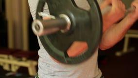 De atletische wapens van mensentreinen bij de gymnastiek stock videobeelden