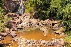 De atmosfeer, bergen, hemel, betrekt Mooie watervallen Pileok Subdistrict in de Oude mijn van Mueang Kanchanaburi dichtbij Thais- stock afbeelding