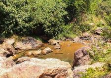 De atmosfeer, bergen, hemel, betrekt Mooie watervallen Pileok Subdistrict in de Oude mijn van Mueang Kanchanaburi dichtbij Thais- royalty-vrije stock fotografie