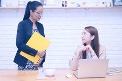 De atmosfeer in het werk van werkgever en werknemer stock fotografie