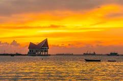 De atmosfeer tijdens zonsondergang in Koh Loy Sriracha, Chonburi, Thailand Stock Foto's