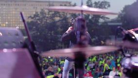 De atmosfeer van een rotsoverleg Weergeven van achter de slagwerker over het stadium aan het publiek Mooie verlichting Het beeld  stock video