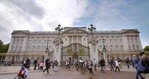 De atmosfeer van het Buckingham-paleis tijdens de lawaaierige dag stock footage