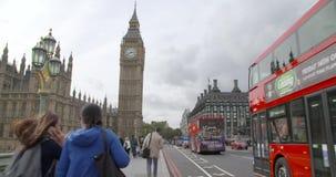De atmosfeer van Londen in de Big Ben bij middag stock video