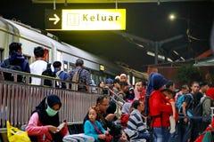 De atmosfeer van de treinpassagiers bij nacht royalty-vrije stock foto