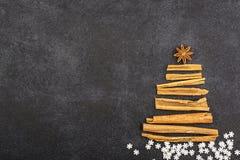 De atmosferische spar van Nieuwjaarkerstmis van geurige stokken van Indische kaneel en de anijsplant spelen op een donkere achter Royalty-vrije Stock Afbeelding
