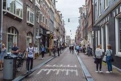 De attraktiva fot- zonerna med dess shoppar i Amsterdam - AMSTERDAM - NEDERLÄNDERNA - JULI 20, 2017 Royaltyfri Foto