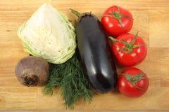 De aubergine, de witte kool, de biet, drie tomaten en bos van de verse dille gaan weg Stock Foto's