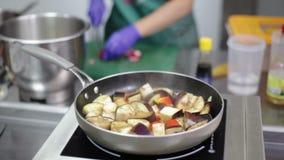 De aubergineragoût wordt gestoofd in de pan stock video
