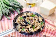 De auberginesaubergines sautéed met broodkruimels en kaas royalty-vrije stock afbeelding